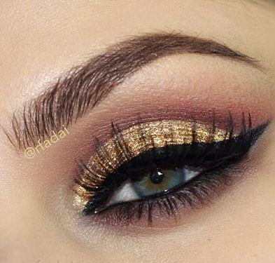 Maquillaje en dorado con delineado ojo de gato ~ Belleza y ...