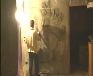 بالفيديو ::: شخص فنان يقوم بنحت صورة مارجس على حائط شقته بطريقة مذهلة