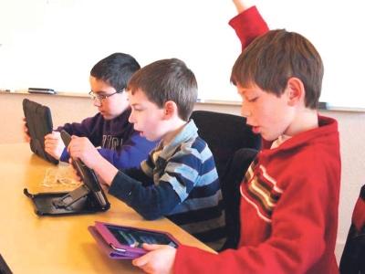 Penggunaan iPad di dalam bilik darjah dikatakan dapat menarik minat dan memperbaiki cara pembelajaran mereka.