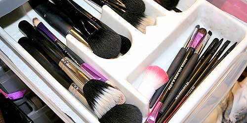 organizador para brochas de maquillaje dentro de un cajon