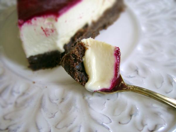 vit chokladmoussetårta med browniebotten