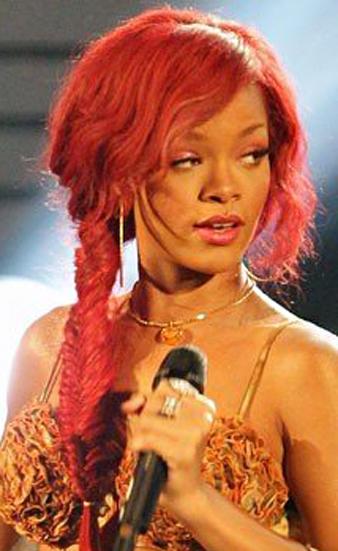 Rihanna kızıl uzun saçlarını yandan olacak şekilde sepet örgü tekniği ile ördürmüş ve salaş örgü saç modelini elde etmiştir.