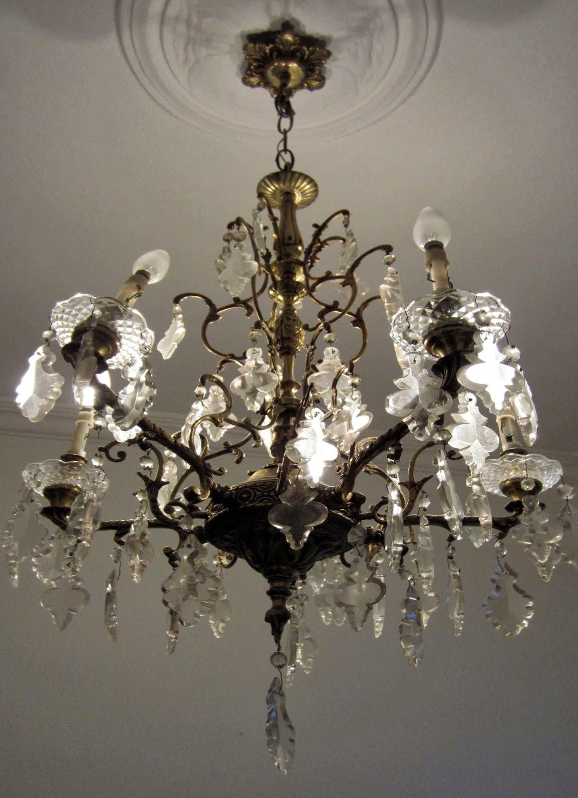 Lámpara de techo de bronce dorado de cinco brazos con   portaluces de vela.
