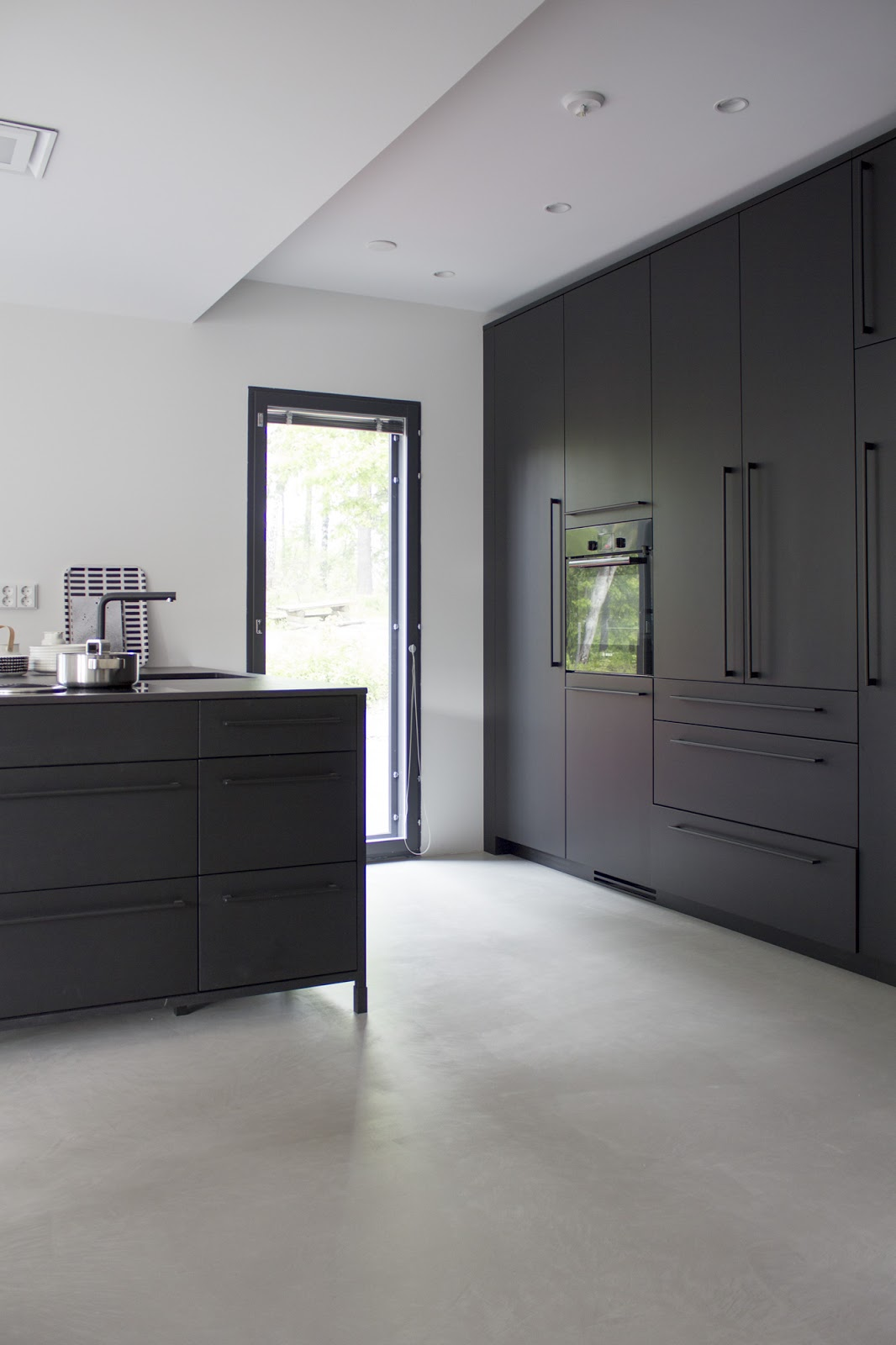 Kaikki mitä halusit tietää meidän mustasta keittiöstä  Pieni talo Helsingissä