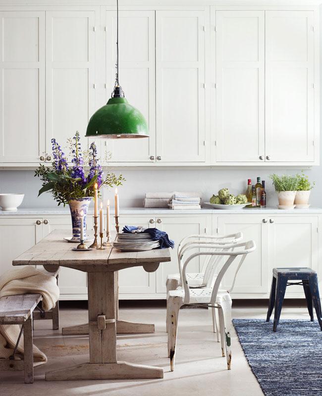 cocinas frescas y dulces -mesa rustica y banco rustico de madera natural