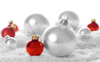 Bolas de navidad rojas y plateadas