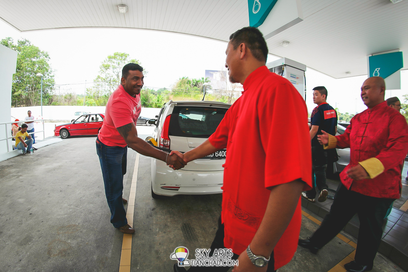 Happy CNY greeting to everyone who dropped by Petronas Station the other day Petronas Dagangan Berhad retail business division senior general manager Shaharuddin Muhammad Sidek shaking hand with a consumer