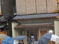 台風接近中のため、雨の中での挨拶回りとなった。