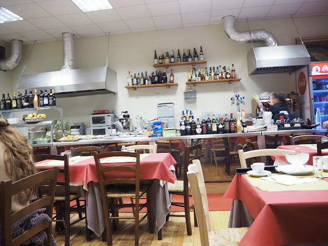 tratevere aukio, rooma, rome,cesar ristorante pizzeria, ristorante, viini, via novembre,ravintola, restaurant, wine, trevi, pizzeria,  syö ja juo rooma, eat and drink rome, matkat, matka, travel, travelling, roma, italia, italy, tips, vinkit, ideat, ideas, ruoka, food, juoma, drinks, pasta, syödä, food, ruoka, italia, italialainen ruoka, kokemus, matkustaa, coca cola, pasta amatriacana, amatriacana, pekoni, possunniska, tomaatti, tomato,