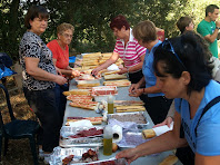 Voluntaris preparant l'esmorzar
