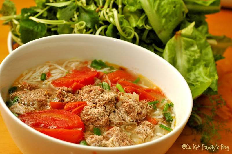 bun rieu cua Một bát bún riêu cua hoàng kỳ đủ chất, nước dùng ngọt thanh, chua dịu là lựa chọn thích hợp cho những bữa trưa mùa hè nóng bức.