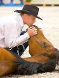 Adestrador finge beijar seu cavalo