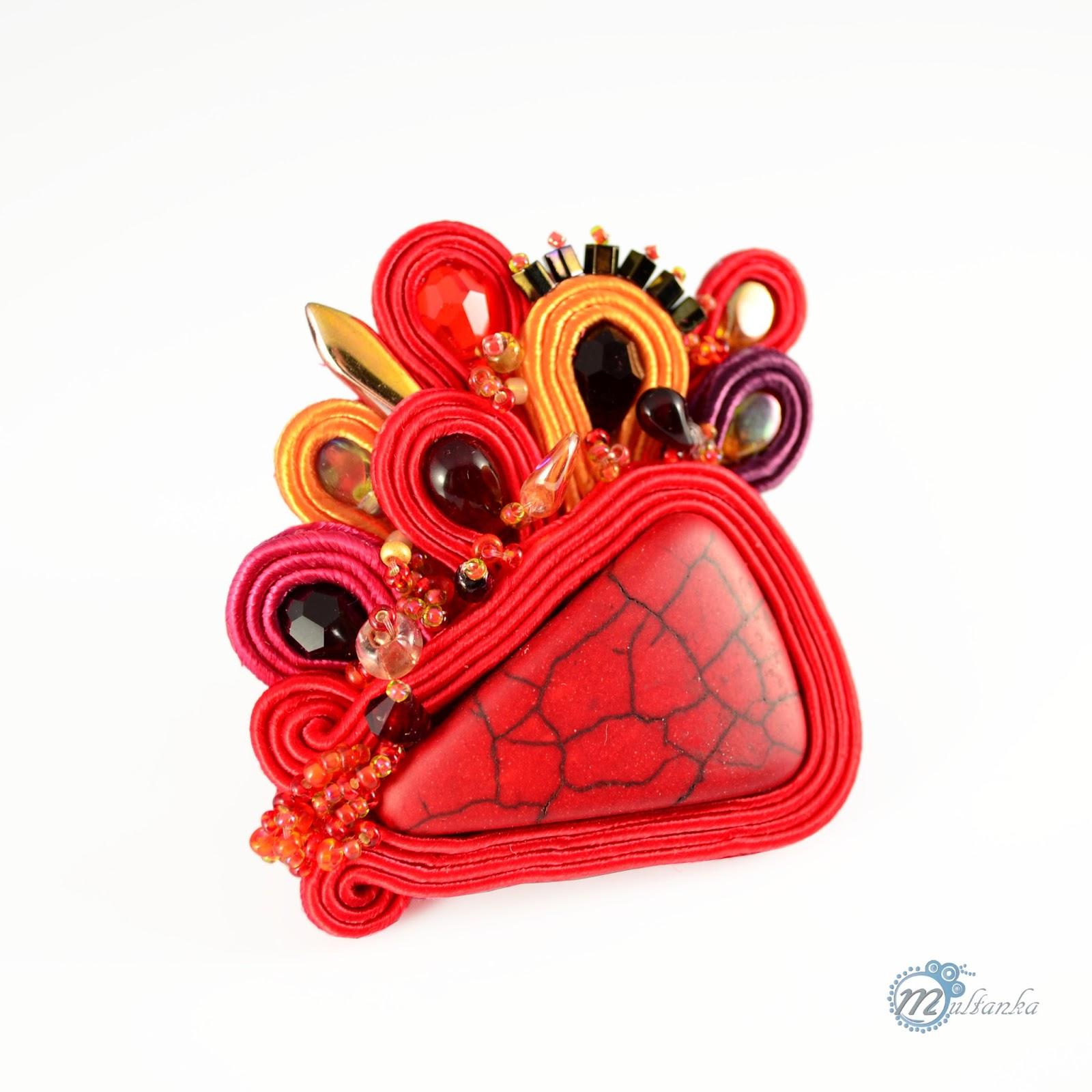 Ogniście czerwona broszka uszyta w technice haftu soutache. Wykonanie - multanka.
