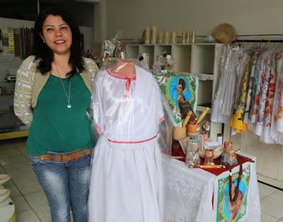 A comerciante Carla Betânia é dona de uma loja de artigos religioso. O Banco do Povo Paulista é alternativa para quem procura abrir um novo negócio (Foto: Divulgação)