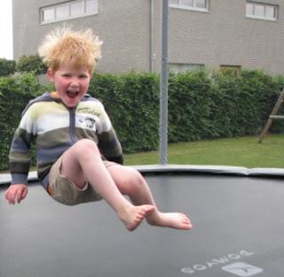 Finley is zot op de trampoline