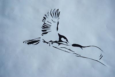 вырезалка синица в руке, вырезалка своими руками, вытынанка птичка, занятие для отдыха