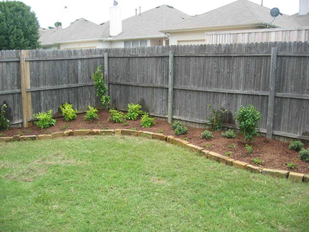 The Front Yard Had Somewhat Decent Flower Beds, Although I Didnu0027t Like The  Plants.