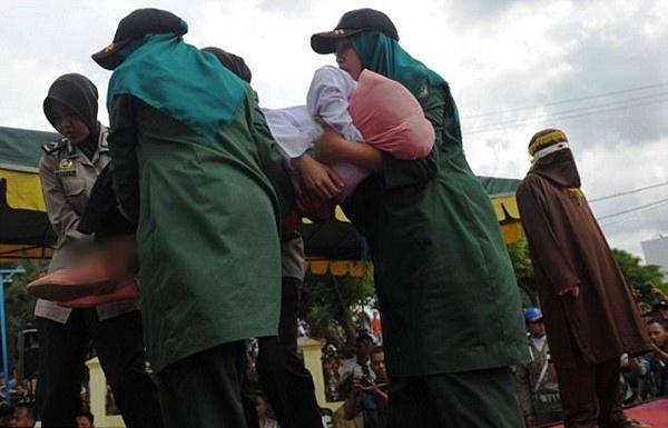 SUBHANALLAH!! Inilah Hukuman Yang Diberikan Terhadap Pesalah Khalwat Di Aceh...  MENGERIKAN!!