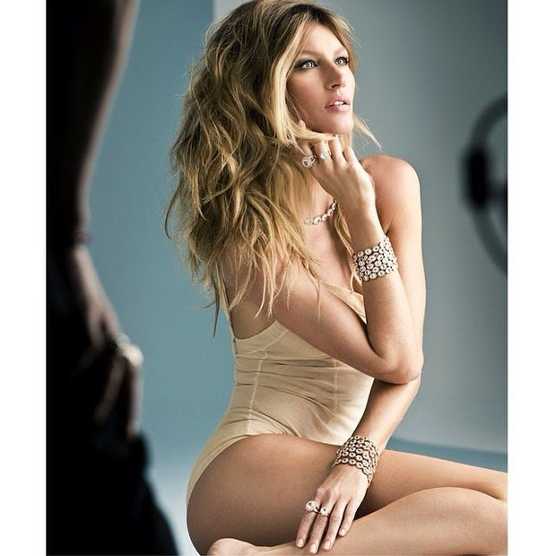 Published by the click Vivara jewelry, Gisele Bündchen naparece swimsuit