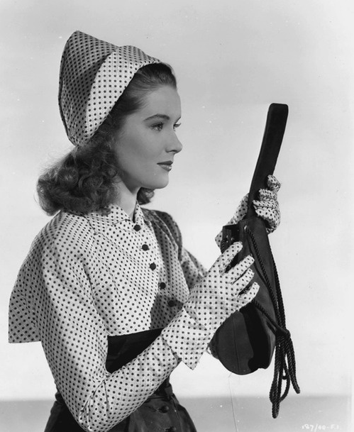 Sally Ann Howes #1940s #fashion #polka #dot #gloves