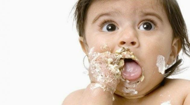 mengapa bayi suka makan berantakan cara mengatasi makan kotor