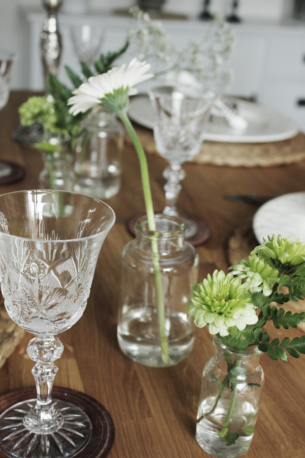 inspiration dukning, tips på dukning, matbord med blommor i små vaser, detaljer vid dukning, snittblommor i vaser, snittblommor till dukning