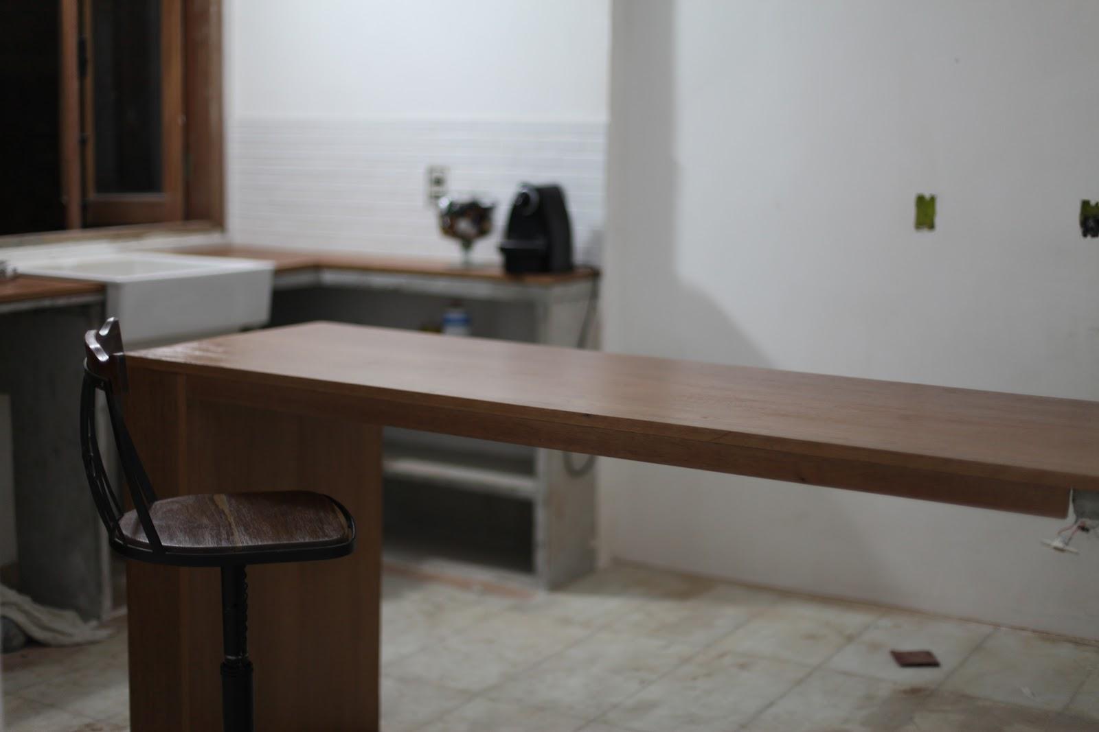 Uma Casa : Cozinha: Bancada de Concreto e Madeira #2B221B 1600x1067 Bancada Banheiro Concreto