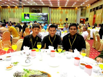 Dari kiri: Khairul (Editor Grafik), Uzair (Editor Fotografi), Amin ...