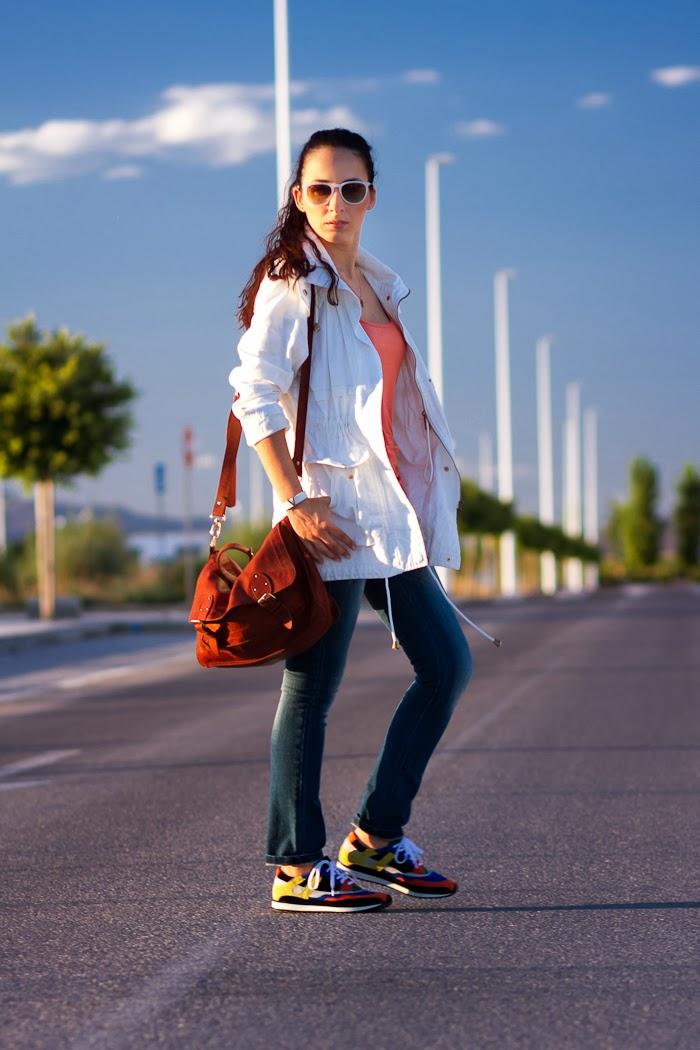 Streetstyle Parka blanca, jeans y deportivas multicolores