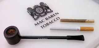 che ( チェ ) の巻きなおした手巻きタバコとカピートパイプの写真