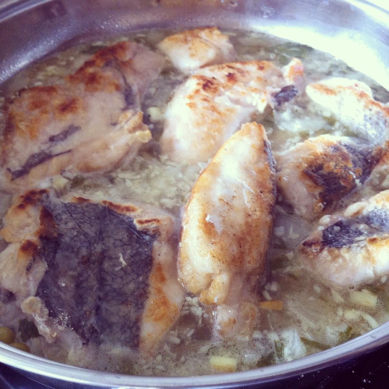Cociendo la merluza con la salsa.