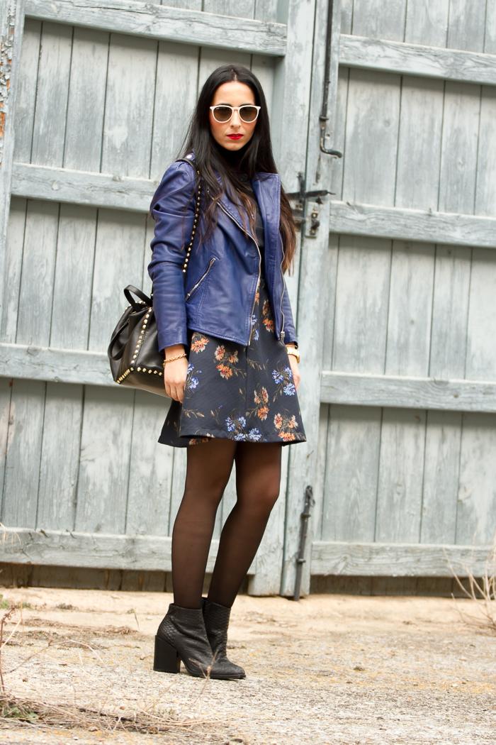 Blogger de moda valenciana con vestido botines y cazadora de piel azul klein