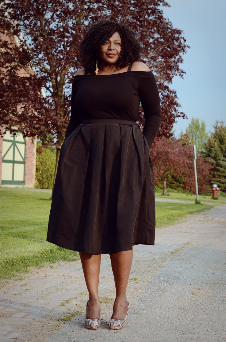 A little Obsessed with off shoulders. Plus size fashion for women. #mididkirt #mycurvesandcurls #plussizeblogger #tendance #moderonde #curvyfashion off shoulders
