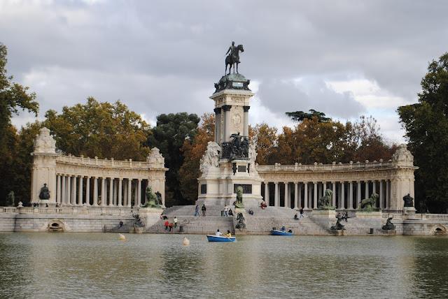 Estanque y estatua a Alfonso XII en otoño en el parque del buen retiro