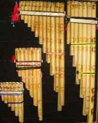 Foto de zampoñas de diferentes tamaños