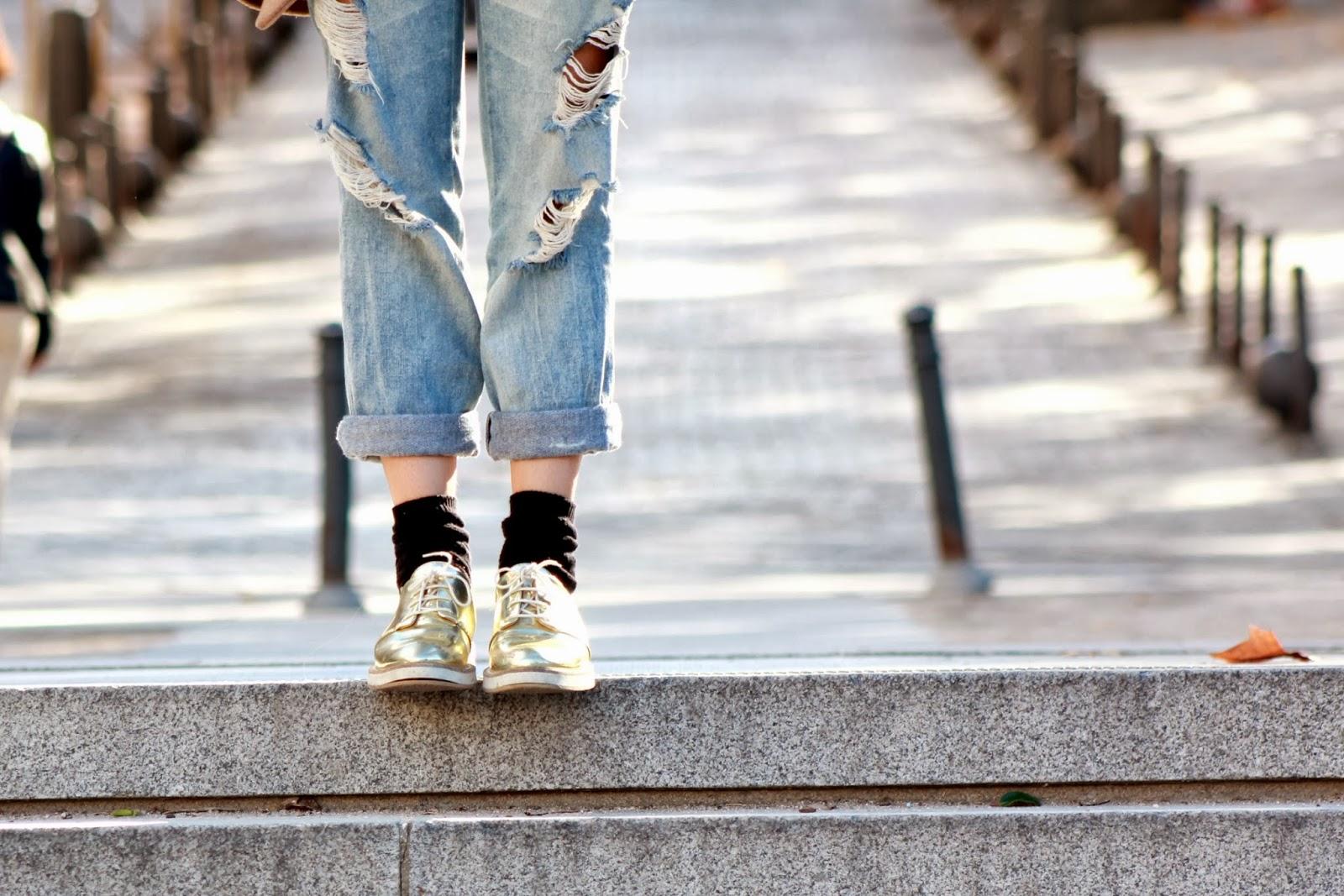 Vaqueros boyfriend, abrigo clásico, zapatos dorados,