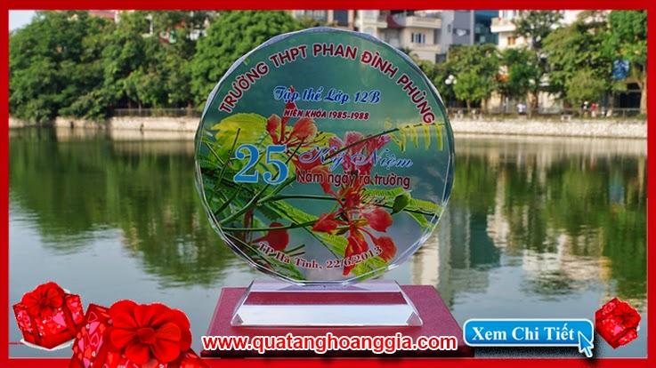 Kỷ niệm chương pha lê hình tròn mặt nguyệt 12 cm được các anh chị cựu học sinh trường động thụy thái bình liên tục lựa chọn
