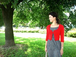 czerwony sweterek robiony na drutach