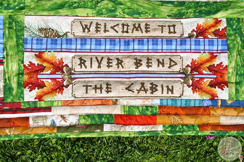 Panel de tela formando un letrero y borde de retales de patchwork