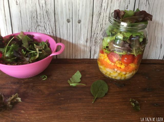 Ensalada fresca en frasco de vidrio