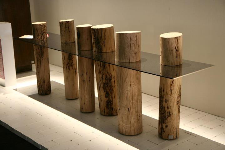 Tavolo scultura legno grezzo e vetro uniti con arte for Tavoli in legno grezzo
