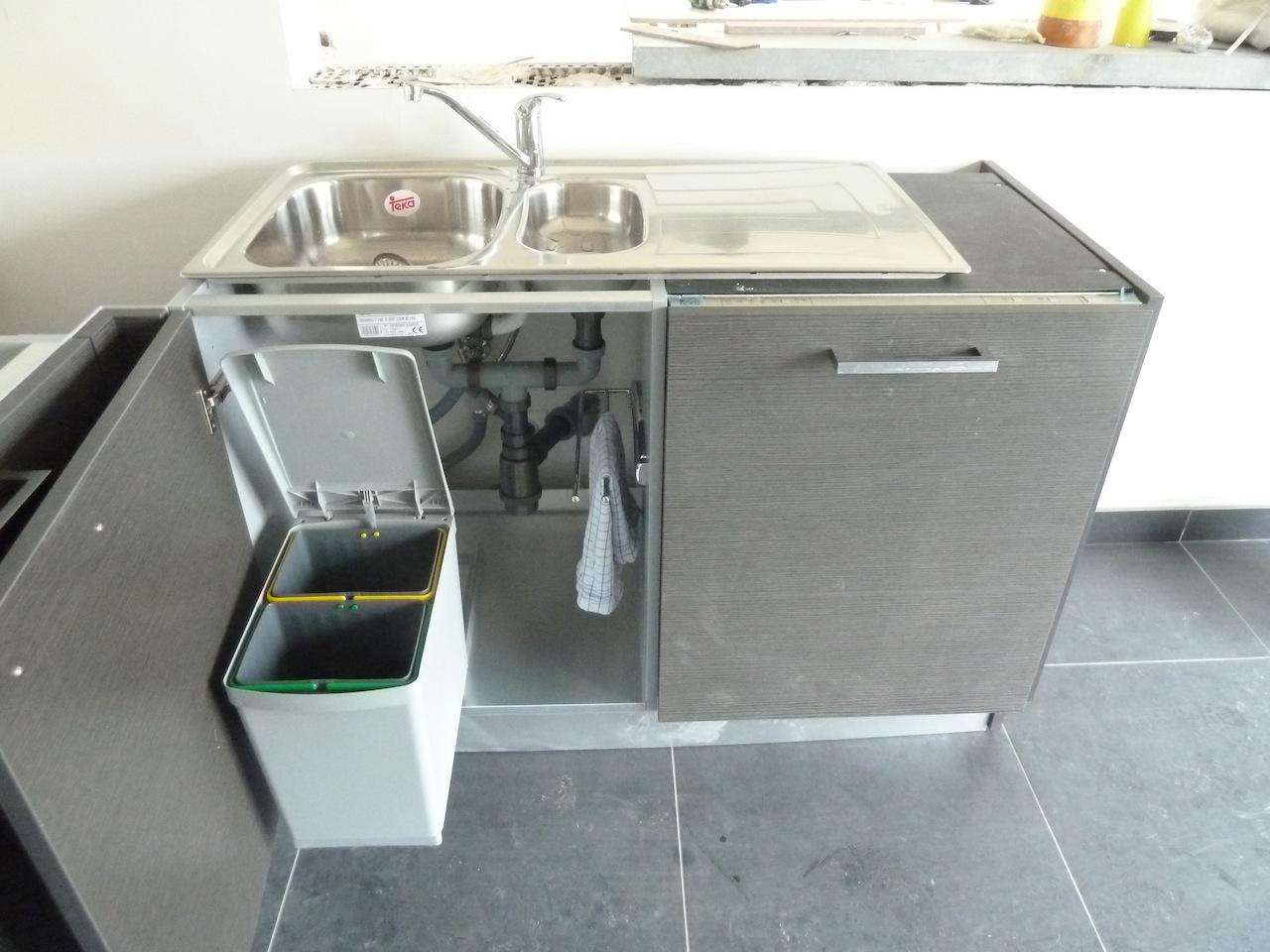 La construction de notre maison la cuisine et les - Poubelle cuisine interieur de porte ...