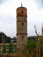 La Torre del Gas amb les cornises i finestres fetes de totxo