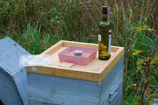 Rremplissage avec du sirop pour les abeilles