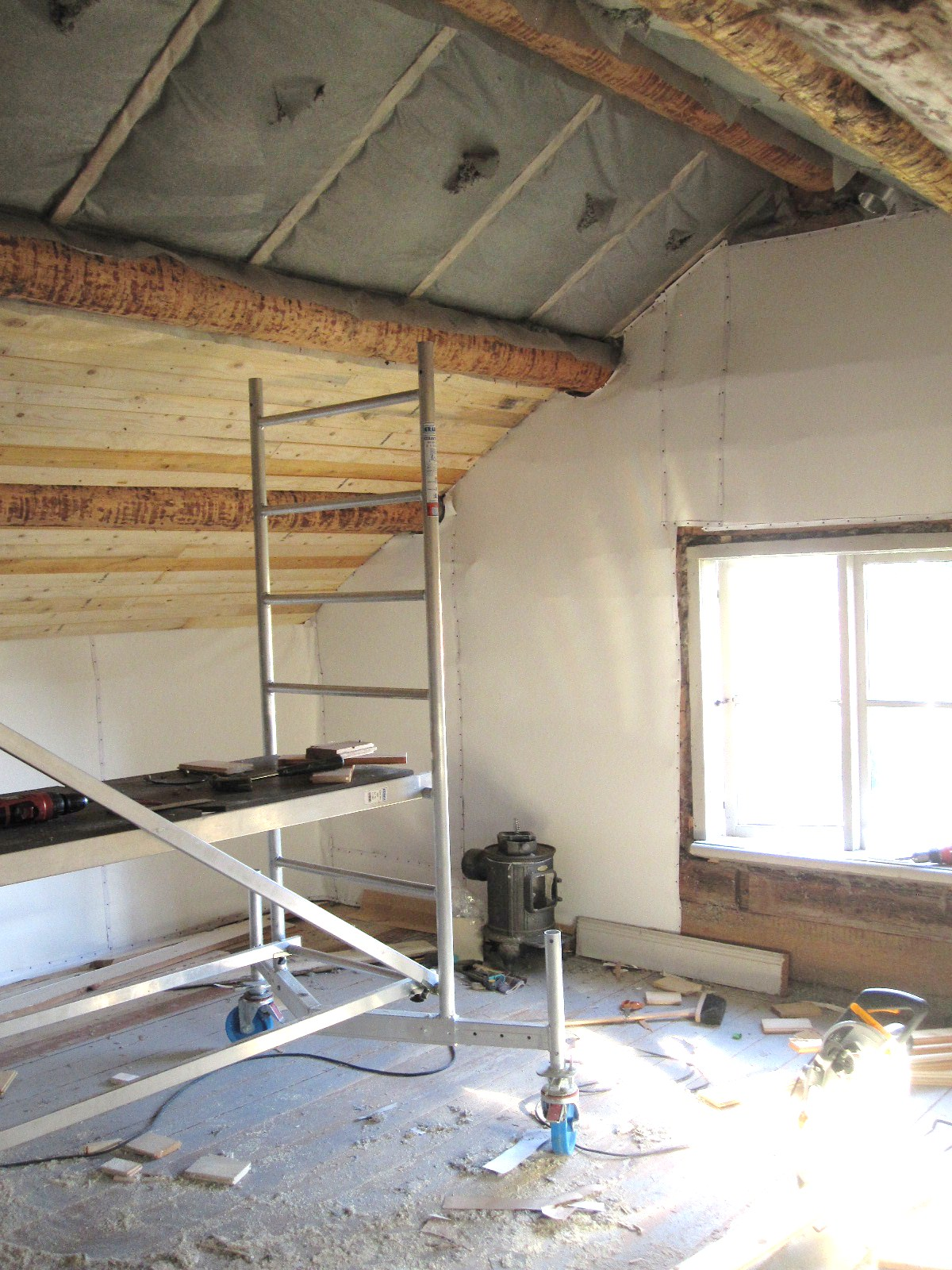Ett gammalt timmerhus: Bygga, bygga, bygga.....