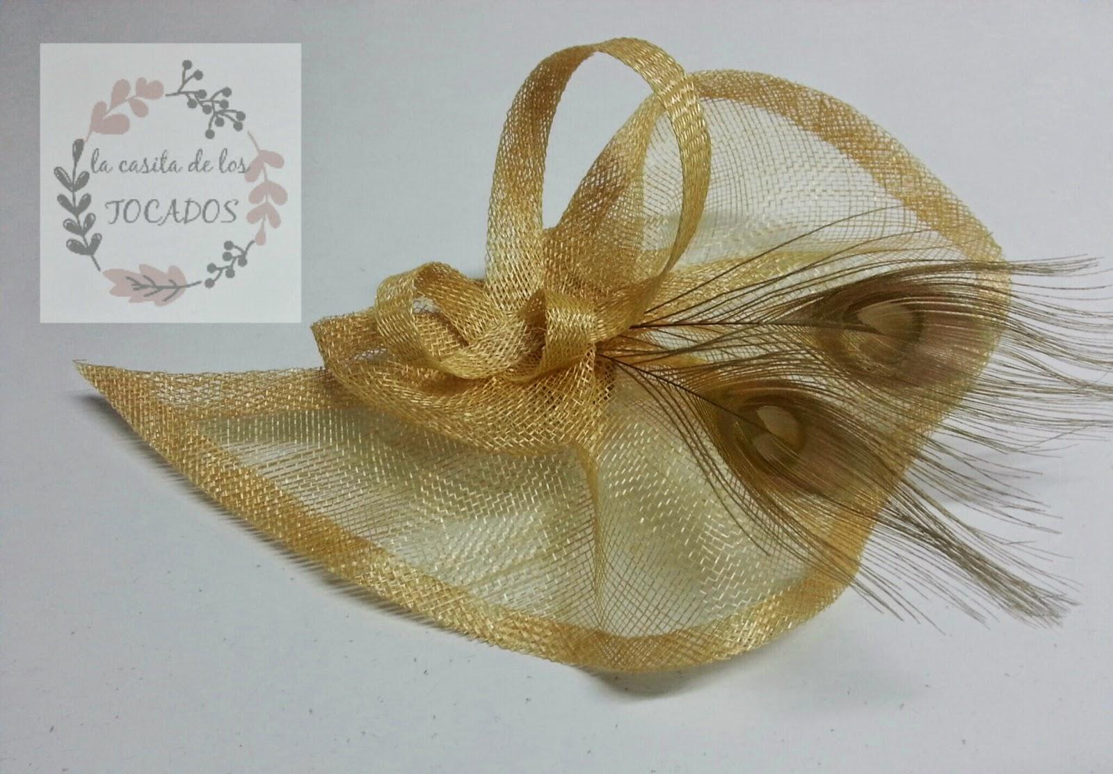 tocado barato en color dorado con forma parecida a lágrima y dos plumas en el mismo tono