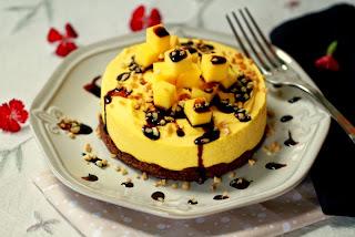 Pastís fred de fruita de la passió i mango amb almívar de xocolata