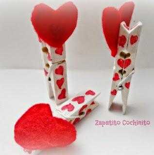 http://zapatitoscochinitos.blogspot.mx/2015/02/pinzas-decoradas-para-san-valentin.html