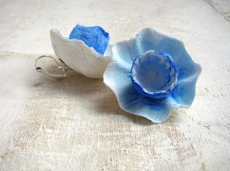 orecchini con fiori di carta, nei colori turchese, acquamarina, blu oceano