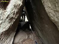 Travessant una cova formada per dos grans blocs de pedra. Autor: Carlos Albacete